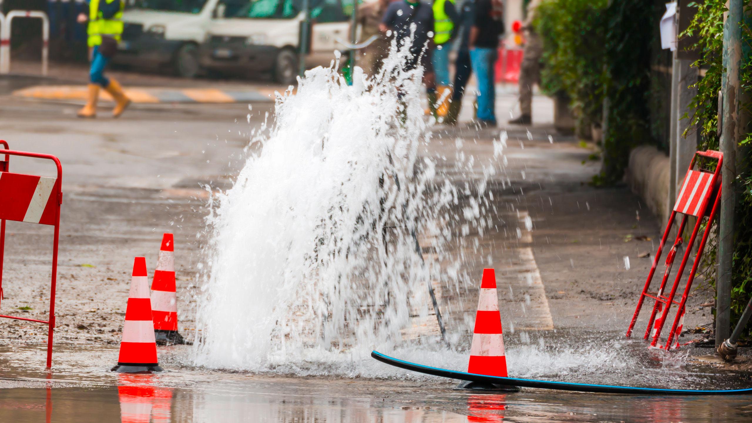 Vandlækage på en vej
