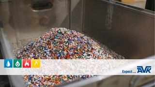 Plastikaffald bliver omdannet til gadedæksler hos AVK Plastics